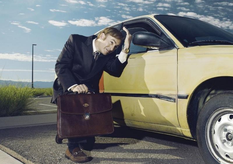 Кадр из сериала Лучше звоните Солу, поправляет волосы в зеркале машины